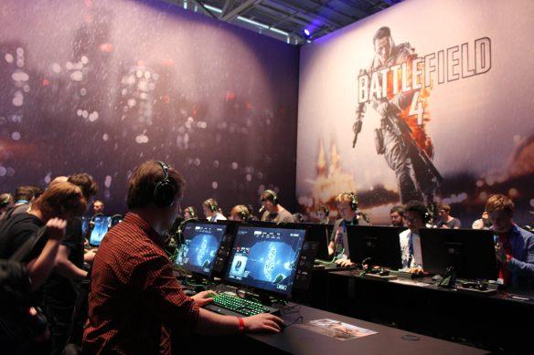 Unser Alex ist fröhlich am Battlefield 4 spielen.