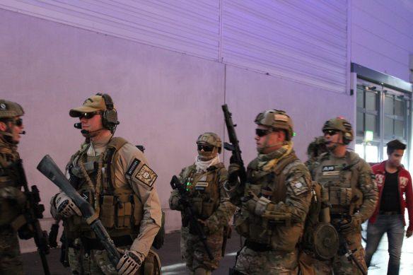 Der Stand von Battlefield wird von einem Squad beschützt.
