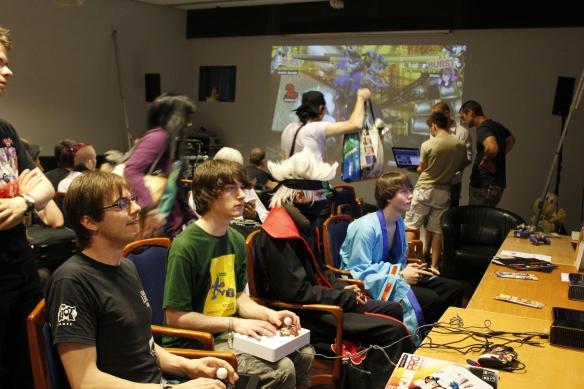 Tekkenspieler mit Fightsticks.