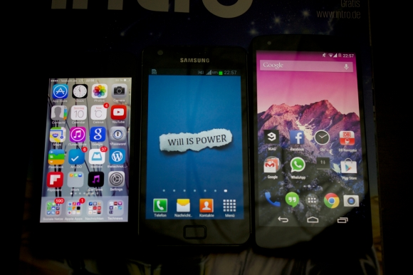 Das Nexus 5 (rechts) im Größen-Vergleich mit dem iPhone 5 (links) und dem Samsung Galaxy S2 (mitte).