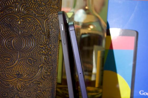 Das Nexus 5 ist zwar dicker als das iPhone, dies fällt aber durch den abgerundeten Rücken kaum auf.