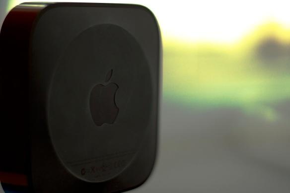 Die Gummierung an der Unterseite gibt dem Apple-TV einen sicheren Halt.