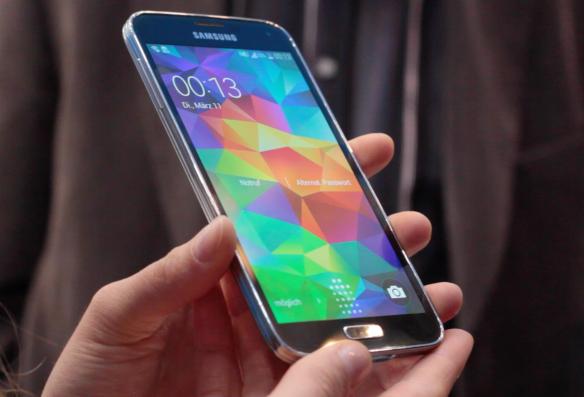 Das S4? Das S5? Samsungs neustes Modell lässt sich kaum an Äußerlichkeiten erkennen.