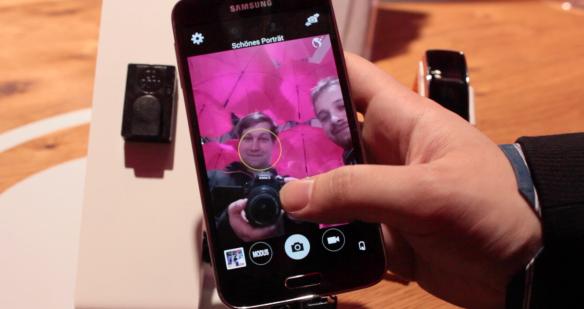 Hinten gibt es 16 Megapixel und Selfie werden mit 2 Megapixeln aufgenommen. Sehr gut.