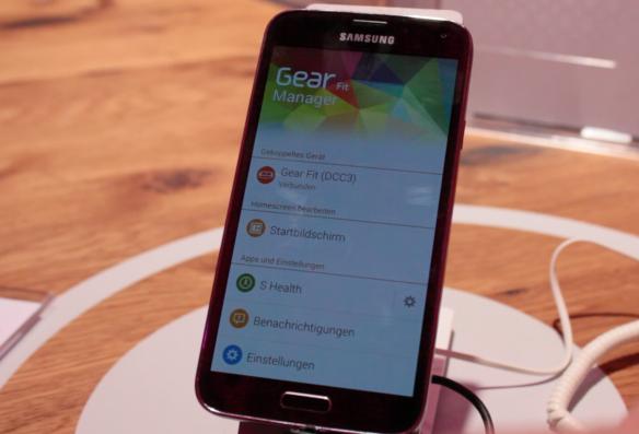 Das S5 funktioniert natürlich auch mit den Gear Smartwatches.