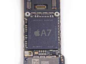 Der Apple A7 auf dem Mainboard eines iPhone 5S. Quelle: iFixit.com