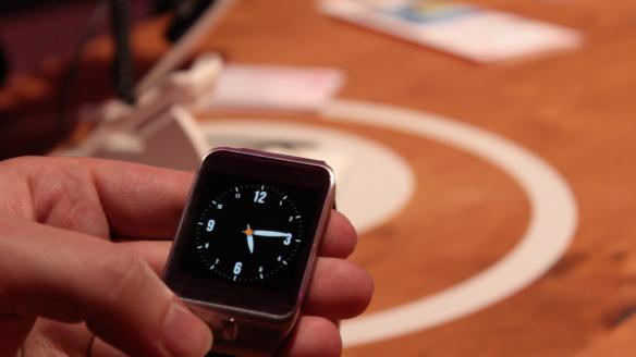 Natürlich zeigt die Galaxy Gear 2 auch die Uhrzeit an.