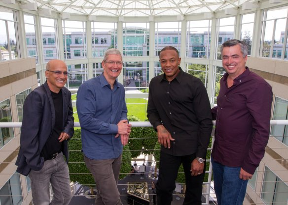 Na was verstecken wir denn an unserem linken Handgelenk, Mr. Cook? Foto: Paul Sakuma / Apple